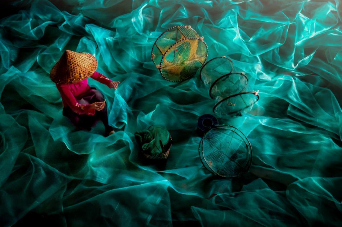 26/04/2019 - Chin Leong Teo - Lady Mending Fishing Nets